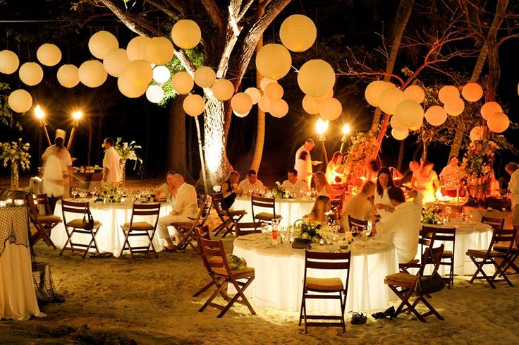 An elegant ambiance fills this white party on the beach of for Ambiance decoration