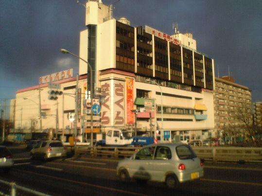 学生時代ボウリングで何回か行ったなあ。From Wikiwand: 府中市と多摩市を結ぶ鎌倉街道、多摩川に架かる関戸橋の真横に位置していた、さくらコマース・さくらサンリバーの建物(2006年解体撤去)。モランボン、さくらの文字が見える。京王線・中河原駅にも近かったため電車内からも見えた。