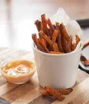 Une trempette de mayonnaise épicée, idéale pour ces frites de patates douces croustillantes.