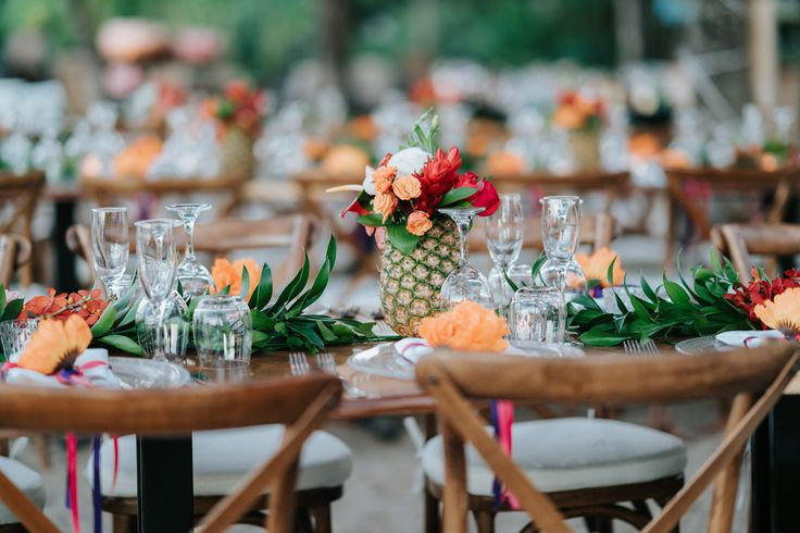 A tropical perspective #tropicaltablescapes #costaricawedding #tropicalcenterpieces #pineapplecenterpieces #pineapples  Photography: @costavidaphotography Wedding planner: @fournineteenweddings  Florals: @artflowercr