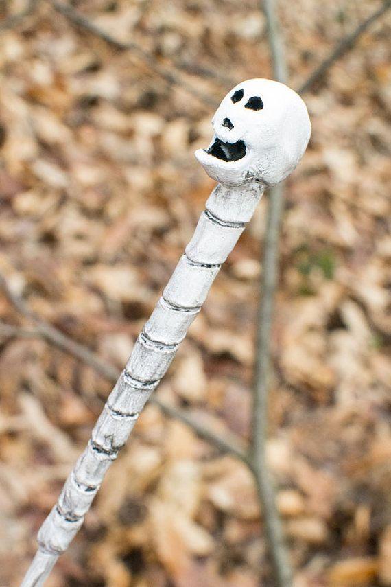 """""""Le lieu le plus sombre du monde est lintérieur dun crâne humain."""" (Robert Bloch)  Baguette magique de 41.6 cm, structure en bois et sculpture Crâne en"""
