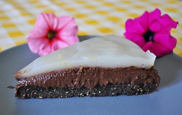 Τούρτα σοκολάτας με Αιγίνης και λεμόνι. Από πάνω λεμόνι , από κάτω Αιγίνης και στην μέση σοκολάτα...