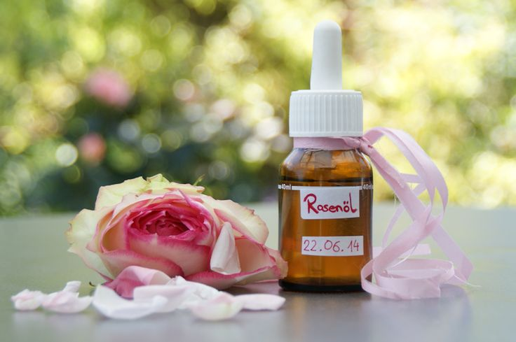 nach einem bewährten Rezept meiner Mutter zeige ich euch, wie ihr günstig duftendes Rosenöl selber machen könnt und wofür es verwendet werden kann.