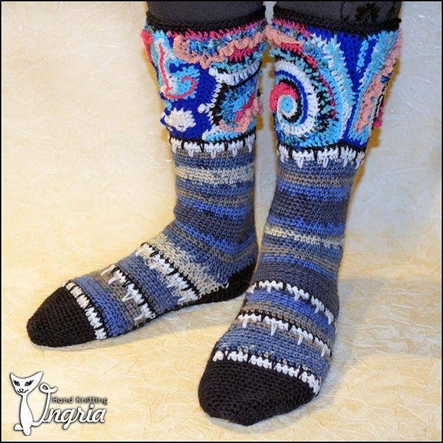 Первая попытка связать носки с фриформ отделкой. Здесь это только верхняя часть носочка, а позже я придумала носочки полностью связанные в технике фриформ.  Эта пара была связана на заказ. Повтор не возможен, только вариация на тему.  #ингрия_вяжет #носкиручнойработы #носкиназаказ #вязаныеноски #шерстяныеноски #теплыеноски #утепляемножки #вязаниефриформ #freeformcrochet #freeformknitting