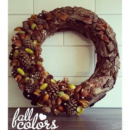 Herfstkrans Gemaakt van boomschors, eikels, beukennootjes en dennenappels.