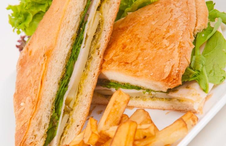 Pannini de pavo y rúgula: Combinación de pechuga de pavo, queso emmental y rúgula aderezados con nuestro pesto de albahaca y saludables arándanos deshidratados, acompañado de una deliciosa ensalada fresca.