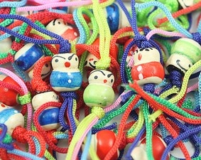 De originele Chinese gelukspoppetjes. Al in de jaren 70 waren deze poppetjes erg populair en nog steeds zijn deze gelukspoppetjes erg geliefd. Ze worden in Nederland Chinese gelukspoppetjes genoemd maar in China kennen ze deze poppetjes helemaal niet. Het lijkt een beetje op een Ershao doll.    Prijzen zijn vanaf 10 cent per stuk