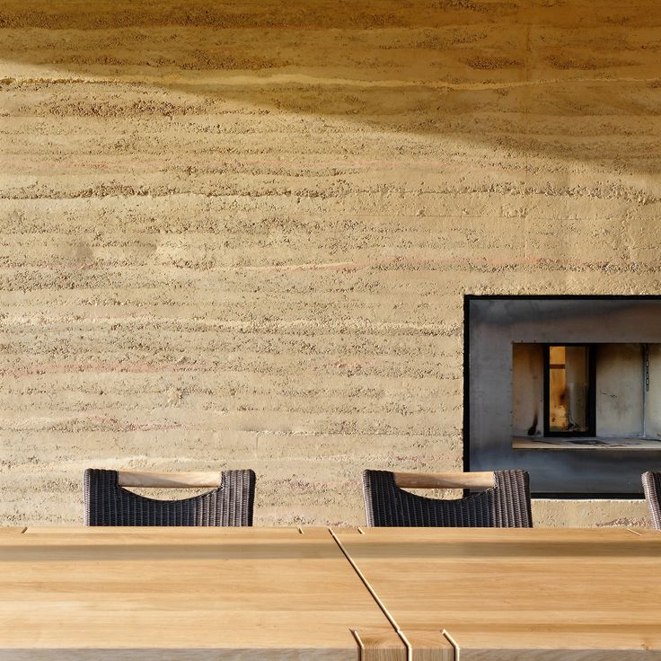 dusaná hliněná stěna
