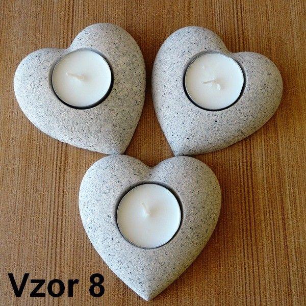 Tri svietniky v tvare srdca s ornamentálnou výzdobou sú ideálnou romantickou dekoráciou. Využijete ich pri sviatočnom stolovaní i v priebehu intímnych večerov.