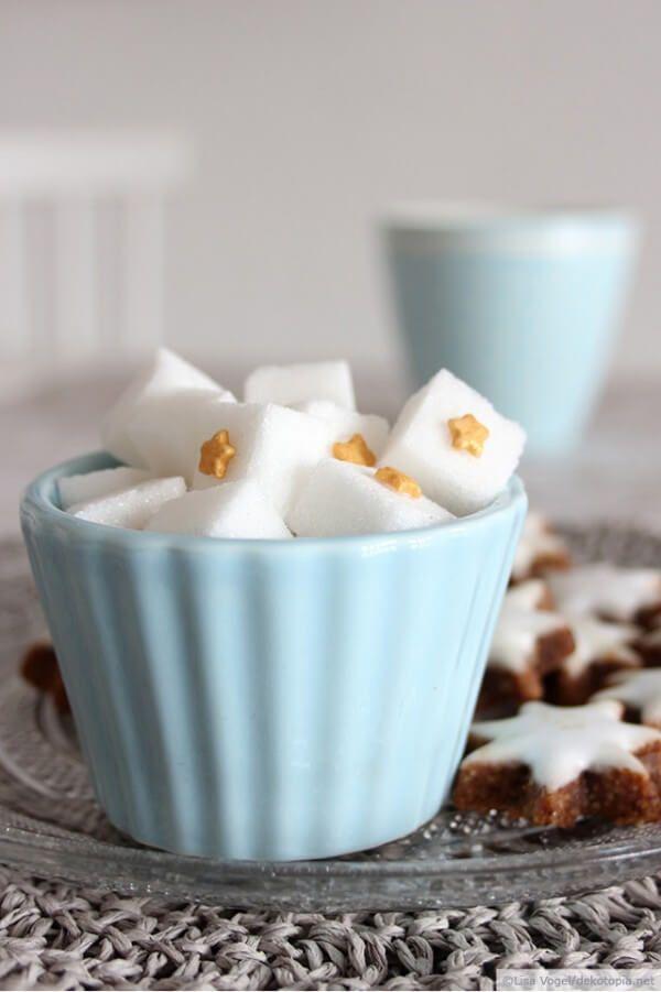 Kerzen anzünden, Plätzchen naschen und Tee trinken – der Advent ist einfach eine wunderbar gemütliche Zeit! Damit beim Kaffee und Tee trinken noch ein bisschen mehr Stimmung aufkommt, habe ich hier eine easy-peasy Idee, die in ca. 5 Minuten umgesetzt … weiterlesen