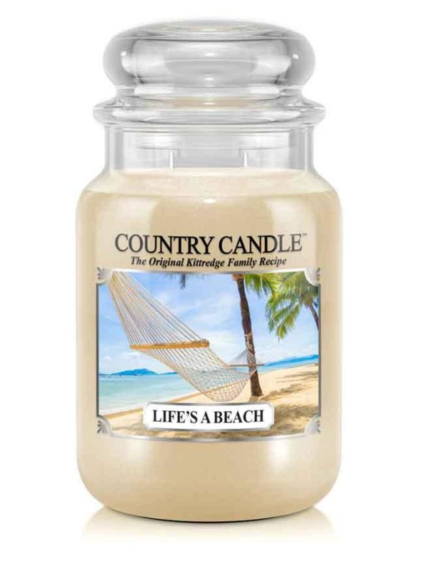 """Life""""s A Beach Country Candle Large Jar 150 Branduren Life""""s A Beach Country Candle Large Jar   Een vrolijke middag op het strand met zon, zand en surfen. Als je de geur van Life's a Beach Country Candle ruikt , voel je je meteen of je  naar het strand gaat , zodat je meent  de golven te horen als je je ogen sluit. Zacht, zoet, fris - de perfecte geur voor de zomer. De geur voor een korte vakantie in het hoofd ontspanning en een goed humeur gegarandeerd!"""
