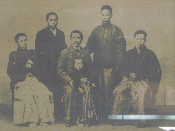 左から弟の常楠、熊楠、中央の子供を抱えているのが孫文