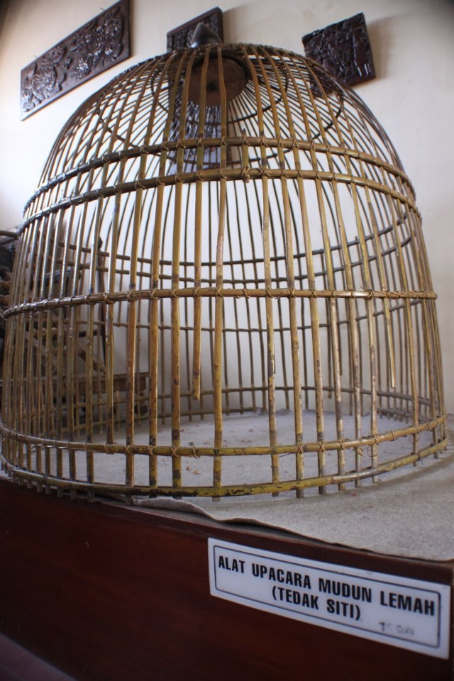 At the Museum of Antiquities Kasepuhan Palace also contained a set of tools used for ceremonies tedak siti, mudun weak, or down to the ground in children aged 7 months, the collection of the Sultan Sepuh XI consists of bamboo cages, chairs and stair staircase five small, made in 1899.