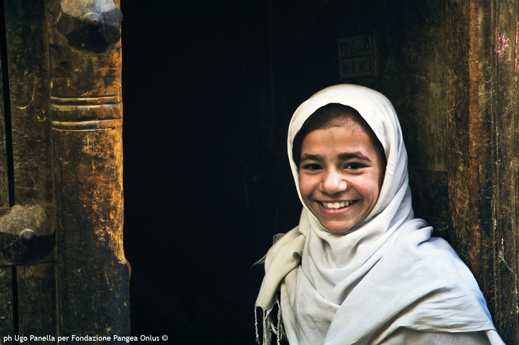 """Sorridere.  In: """"Afghanistan a volto scoperto"""" (www.pangeaonlus.org)"""