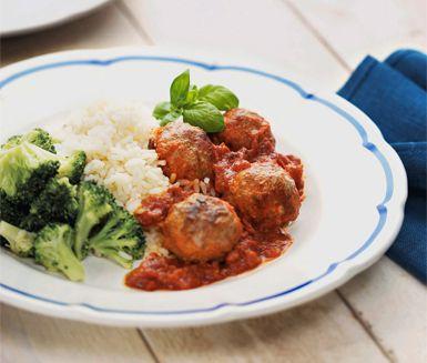Köttbullar med parmesanost i tomatsås med basilikasmak är en smakrik måltid som du serverar med vitt ris. Parmesanosten ger köttbullarna en härligt rund smak och pastasåsen skänker den krämighet som behövs till riset.