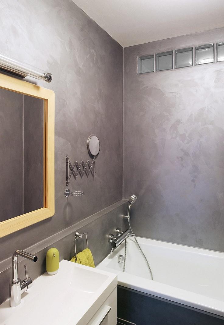 Na stěnách v koupelně je akrylátová stěrka dokončená voskem.