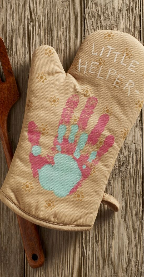 Make the Cutest Handprint Gifts for Mom this Mothers Day! This oven Mitt is an adorable accessory for when Mom cooks with the kids!
