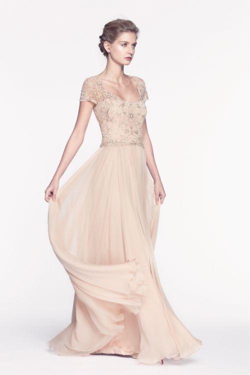Vestido de fiesta largo en color nude con brocados en el corpiño y falda con caída elegante - Foto Reem Acra