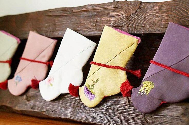 #야생화자수 #버선 #타래버선 #꿈소 #꿈을짓는바느질공작소 #자수 #꽃자수 #자수타그램  #embroidery #handembroidery #beoseon #embroideredsocks #koreansocks #handmade