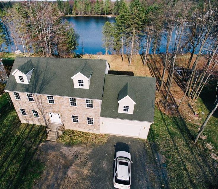 House in Mount Pocono, United States. The perfect getaway! Situated in front of a mid-sized lake in Mount Poconos! Plenty of small fish for those fisherman/woman in us! A paddle boat with life vest for those who loves swimming! Shopping, golf, casino, horseback riding, skiing, hiking....