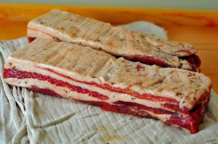 Ak máte chuť na dobrú domácu slaninku, nemusíte mať ani údiareň, ani bývať na vidieku kde za domom v chlievci kvíkajú mangalice. Existuje spôsob, ako si ju k jemnej a lahodnej chuti môžete z bravčového bôčika vyrobiť sami. Inšpiráciou pre prípravu je talianska pancetta, ktorá v ničom nezaostáva za údenou slaninkou slovenského vidieka. V tomto …