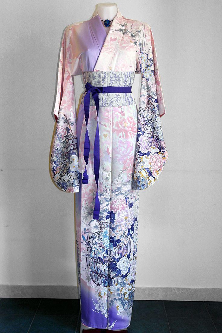 Finalmente abbiamo aggiornato anche il catalogo online dei Kimono lunghi!!! http://www.kimonoflaminia.it/DonnaLunghi.pdf Ricordo sempre che sono pezzi unici in pura seta, realizzati e decorati a mano, e soprattutto sono d'epoca, precisamente dal primo '900 agli anni 80. Quindi non li realizzo io, ma sono tutti Kimono originali giapponesi.  Tra questi, potrete trovare questo splendido Furisode in seta, con motivo floreale dipinto a mano, perfetto per essere utilizzato anche come abito da…