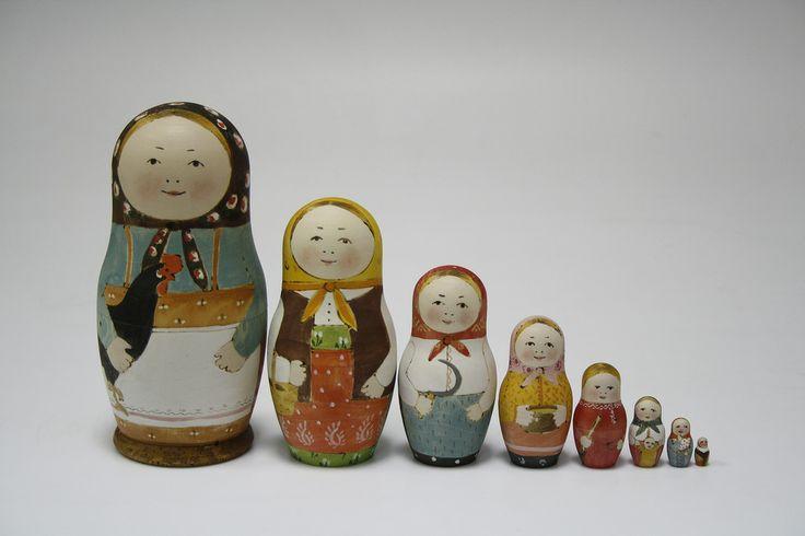 Матрёшки Маши Дмитриевой Реконструкция первой матрёшки Одна из них держит за руки малыша, как нянюшка 9-го аспекта. 8 и 9 - это сакральные числа древнего календаря славян.