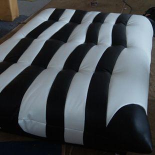 Разложенный полосатый диван зебра в кожаной обивке https://lafred.ru/catalog/catalog/detail/13252420318/