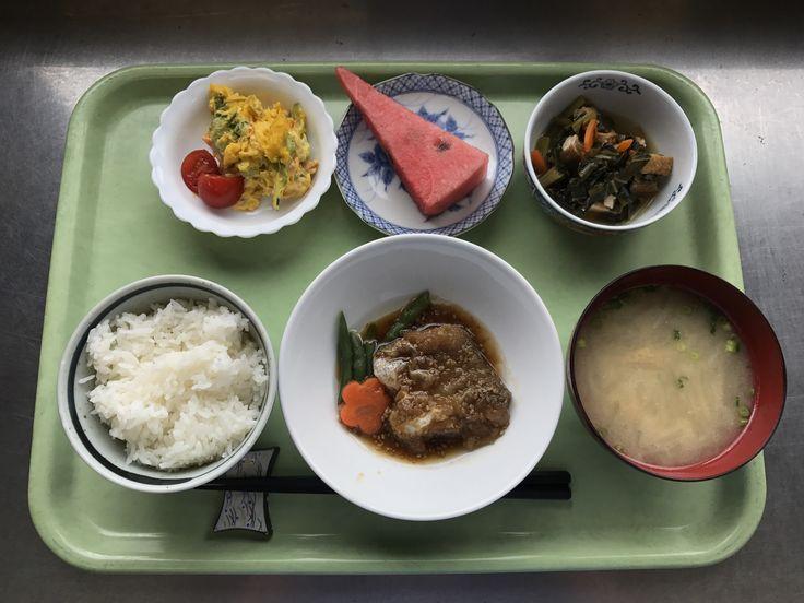 6月27日。たらの揚げごま風味煮、小松菜と厚揚げの煮浸し、かぼちゃのサラダ、大根と揚げの味噌汁、スイカでした!たらの揚げごま風味が特に美味しかったです!601カロリーです