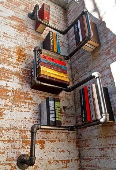 Criatividade estilo industrial. Ideia diferente para uma estante de livros; tubos, que podem ser de metal ou PVC, pintados e colocados na distância ideal da parede. Seus livros se destacam junto a esta montagem.