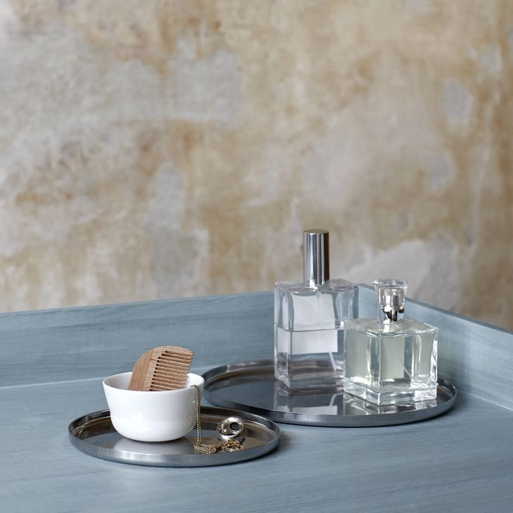 The white china in the Kaolin range is contrasted by an entirely new material in the Kähler universe: high-lustre, stainless steel.