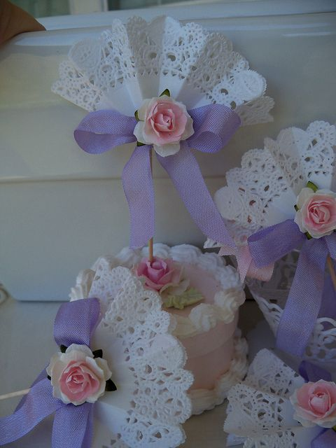 Think I'm going to make some of these little doily fans to decorate the cupcake tree