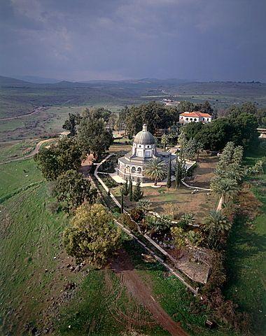Fotografía aérea de la iglesia de las bienaventuranzas, cerca del Mar de Galilea, Israel