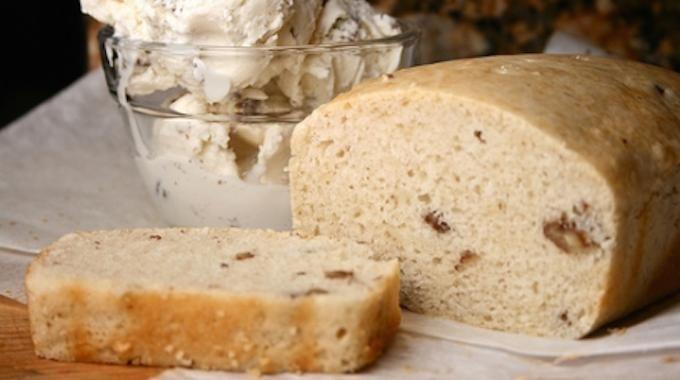 """On a découvert que vous pouviez faire du pain en combinant de la farine avec... de la glace. Oui, la glace comme dans """"crème glacée"""". Et en plus ça marche vraiment. C'est tellement simple que ça"""