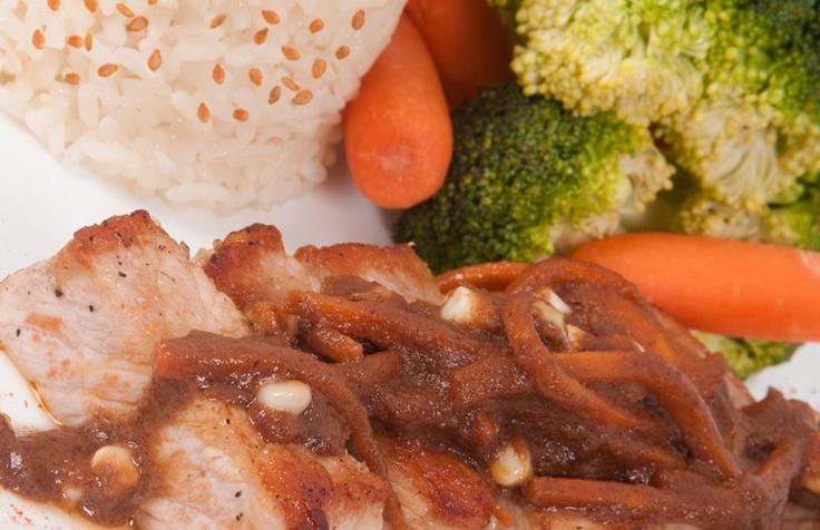 Lomo de cerdo en curry rojo tailandés: Delicioso lomo de cerdo en una pasta de curry rojo tailandés acompañado de pimentón y arvejas precocidas con toques de coco y perejil. Combinado con arroz blanco bajo en sal y lluvia de ajonjolí.