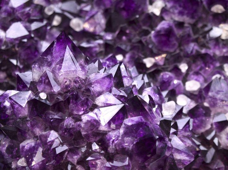 Es ist kinderleicht, Kristalle selbst zu züchten. Wir verraten, was Sie dafür brauchen und wie Sie sie hinterher als hübsche Dekoration einsetzen können.