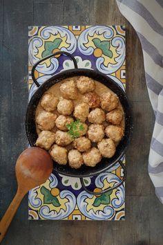 Buscando alternativas para hacer una salsa para las albóndigas diferentes, me encontré una de almendras en el blog de Sonia de L' Exquisit...
