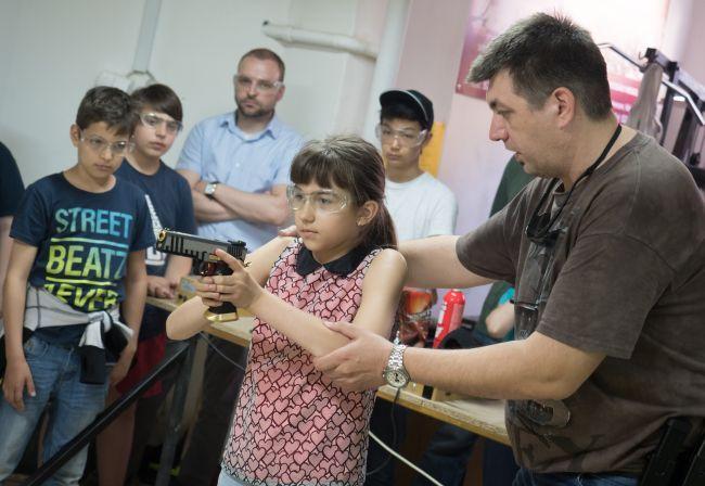 Debreceni Lövészsuli: a fegyver nem játék, de a gyerek kezébe így is való