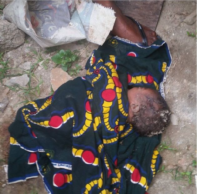 Heartless Mother Abandons Her Newborn Baby On The Road In Ketu With His Placenta Still Attached   According to social media user Abass-Aleshinloye Omotoke who shared this image:-  People are desperately wicked I wonder why someone will be pregnant for 9 good months and dump d baby Things are tough; Oh yes we know theres recession everywhere;we understand.  I was raised by a single mum who struggled and did all sort of odd jobs just to get me where I am today. Around 8:45am today I heard my…