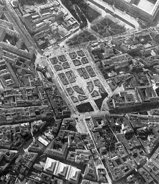 La Plaza de España de Madrid hacia 1910. Se observan edificios ya desaparecidos como el Cuartel de la montaña (esquina superior derecha...