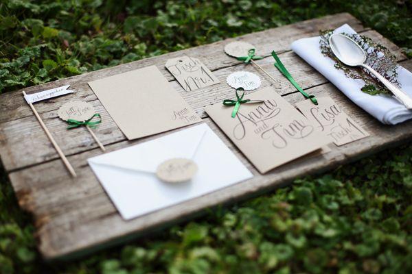 Hier wäre mal etwas wieder mit einem braun-beige, weiß und einem satten grün- könnte man super in eure Save the Date- Karten einbauen und in jegliche Deko..ist etwas rustikaler, aber auch sehr schlicht. Passt aber gut zu Holz ;)