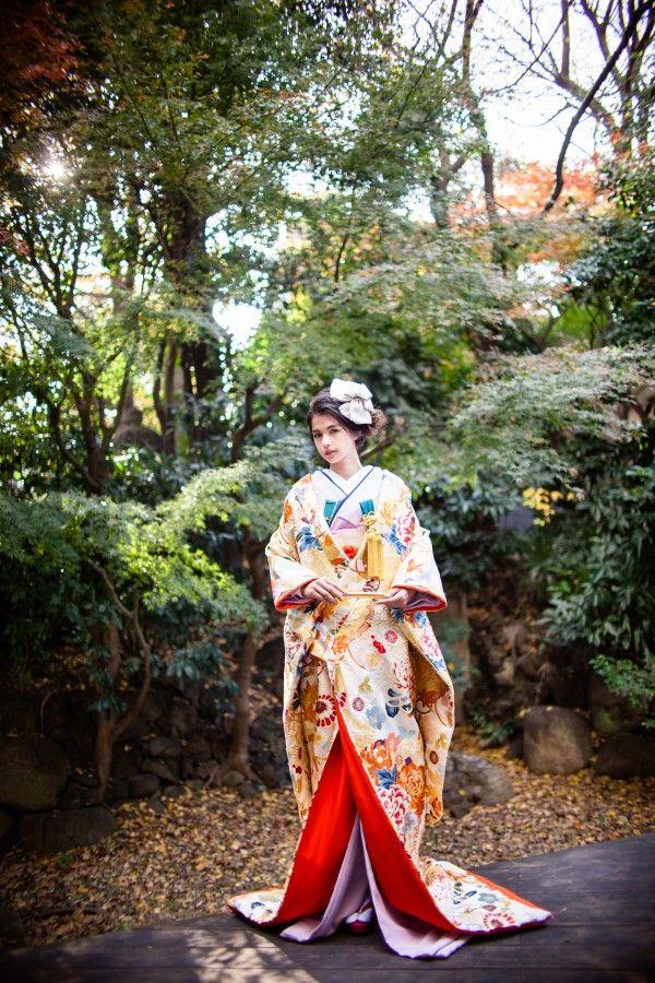 『白桃山花あかり』白地を埋め尽くす程、様々な色彩の四季草花があしらわれた唐織の打掛。伝統的な柄が現代風な色彩で表現され、花嫁さまの可愛らしさを引き立てます。– 南青山の花嫁着物レンタルサロン CUCURU(くくる)
