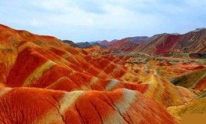 果てしなく続く鮮やかな色のストライプの大地 中国の丹霞地形