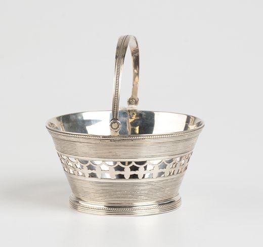 Rond geribd zilveren kluwenmandje met ajour rand en parelrand - J. van Wijk, Amsterdam (1819/1846) - 1825 - gehalte 0.835 - 68 gram
