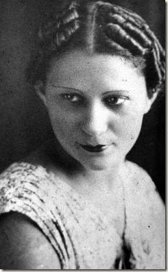 JULIA DE BURGOS nació en febrero 17 del 1914 en Puerto Rico.Ella es considerada una de las mejores poetas femeninas.