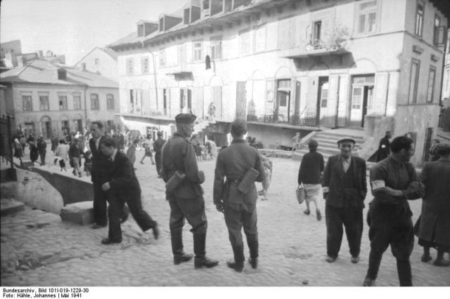 Two German soldiers in the Lublin Ghetto, May 1941. Bundesarchiv, Bild 101I-019-1229-30 / Hähle, Johannes / CC-BY-SA 3.0