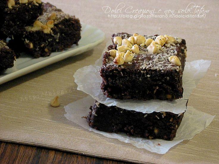 I Brownies al cocco e cioccolato bianco sono dei golosissimi dolcetti di origine americana e sono estremamente facili da preparare, si sciolgono in bocca