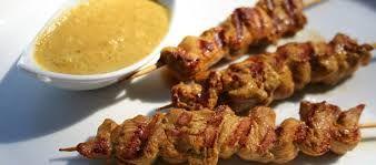 Satay di pollo, piatto indonesiano a base di spiedini di pollo accompagnati da salsa alle arachidi.
