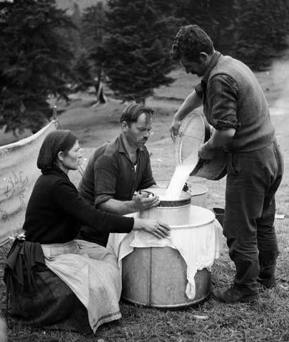Στραγγίζοντας το γάλα στο Νέγρι 1974...