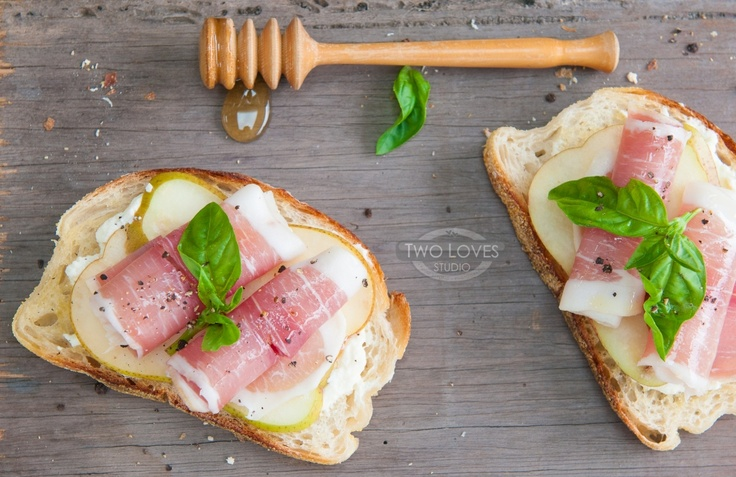 Pear & prosciutto bruschetta. I'd add some blue cheese to mine!Favorite Foodsdrink, Prosciutto Bruschetta, Honey Ricotta, 29 Delicious, Recipe Does, Eating, Pears, Appetizers, Nom Foodies